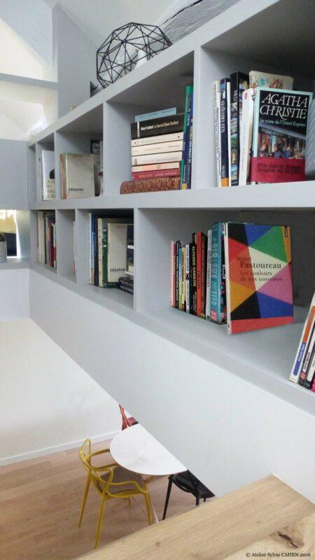 Atelier Sylvie Cahen Architecte Intérieur Paris 12 éme choisy paris pratique fonctionnel design contemporain tendance étagère biblothéque vue à travers trémie fauteuil Kartell