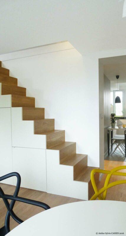 Atelier Sylvie Cahen Architecte Intérieur Paris 12 éme choisy paris pratique fonctionnel design contemporain tendance rangement sous escalier gris jaune Kartell parquet bois