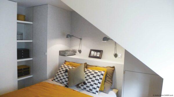 Atelier Sylvie Cahen Architecte Intérieur Paris 12 éme choisy paris pratique fonctionnel design contemporain tendance chambre sous pente gris jaune téte de lit rangement sur mesure motif étagère