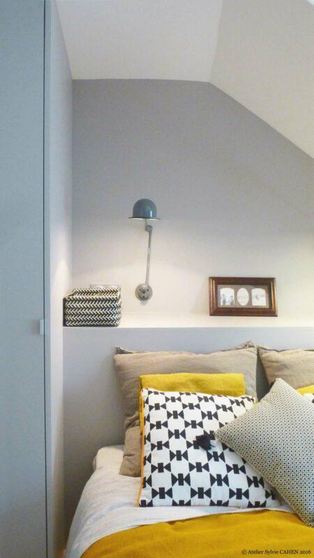 Atelier Sylvie Cahen Architecte Intérieur Paris 12 éme choisy paris pratique fonctionnel design contemporain tendance chambre sous pente gris jaune tête de lit rangement sur mesure motif étagère