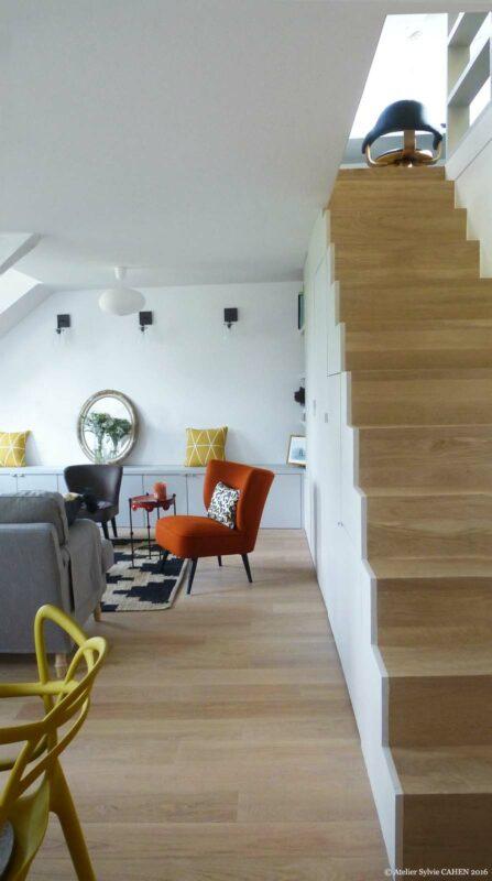 Atelier Sylvie Cahen Architecte Intérieur Paris 12 éme choisy paris pratique fonctionnel design contemporain tendance salon escalier bois parquet canapé gris fauteuil orange Kartell