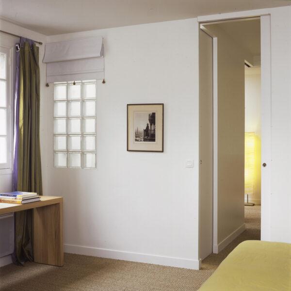 gaité paris appartement rénovation volume duplex triplex escalier monumentale métal blanc tout étage poutre apparente blanche peinte meuble sur mesure blanc bois chambre salle de bain double porte coulissante