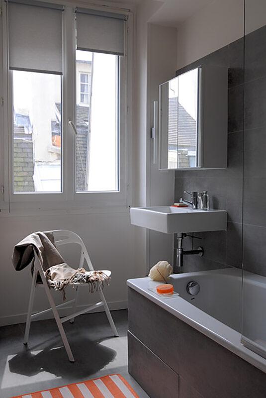 Atelier Sylvie Cahen Architecte Intérieur Paris 12 éme Sulpice Paris rénovation appartement poutre apparente peinte blanc rouge coloré manteau cheminée sur mesure étagère salle de bain grise moderne design épuré fonctionnelle