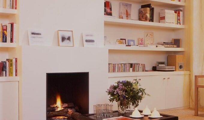 Amsterdam paris rénovation appartement séjour cheminée étagère rangement sur mesure