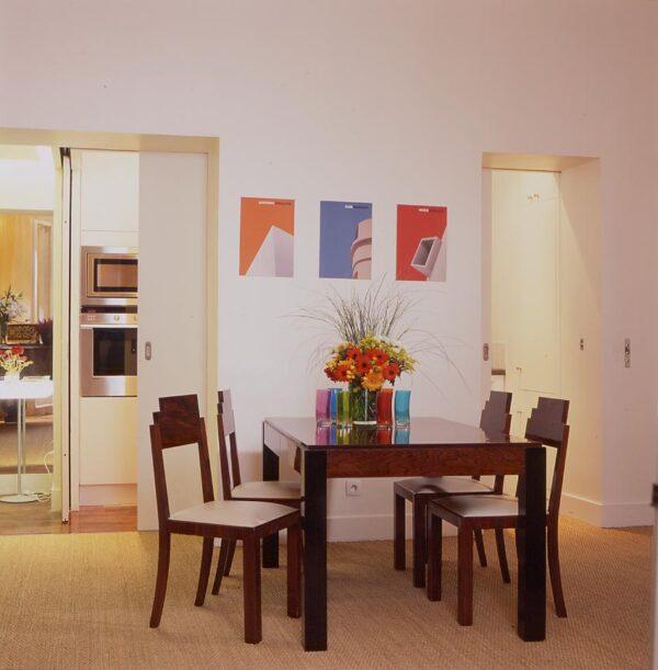 Amsterdam paris rénovation appartement séjour cuisine séparation porte angle cube fermé ouvert cacher dévoilé disimuler cuisine petite fonctionnel non visible porte coulissante double