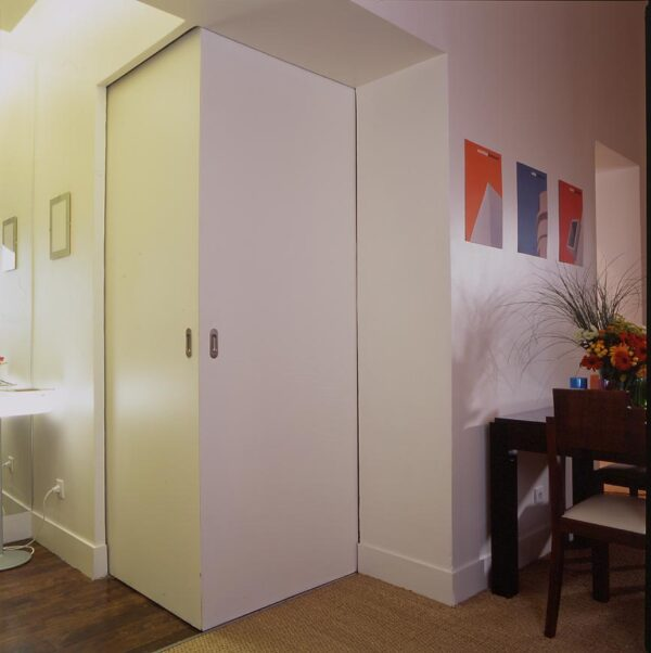 Amsterdam paris rénovation appartement séjour cuisine séparation porte angle cube fermé ouvert cacher dévoilé disimuler cuisine petite fonctionnel non visible porte coulissante