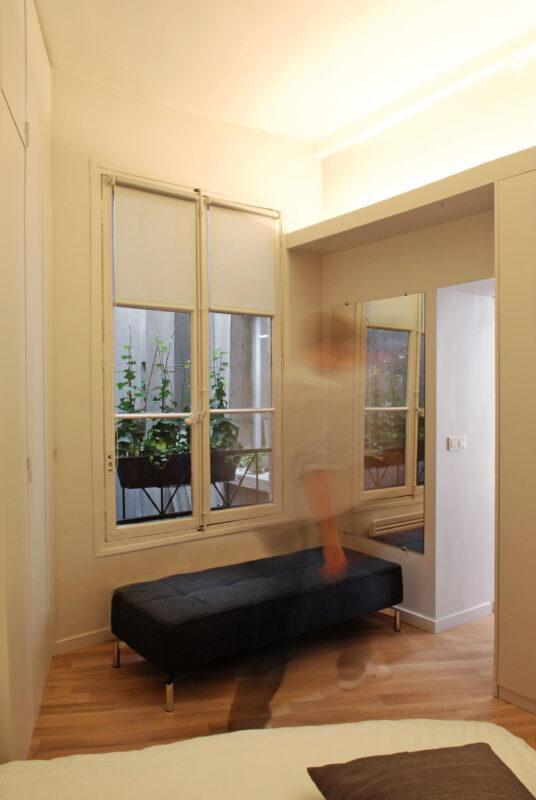 Atelier Sylvie Cahen Architecte Intérieur Paris 12 éme Turennes appartement Paris volume ligne placard rangment sur mesure meuble structurant comtemporain dissimuler cacher voir cuisine salle de bain poutre apparente