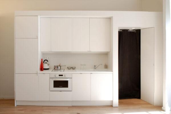 Turennes appartement Paris volume ligne placard rangment sur mesure meuble structurant comtemporain dissimuler cacher voir cuisine salle de bain poutre apparente séjour salon