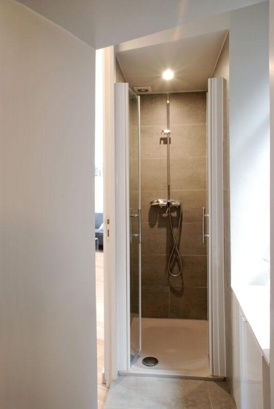 Atelier Sylvie Cahen Architecte Intérieur Paris 12 éme Turennes appartement Paris volume ligne placard rangment sur mesure meuble structurant comtemporain dissimuler cacher voir cuisine salle de bain poutre apparente salle de bain douche