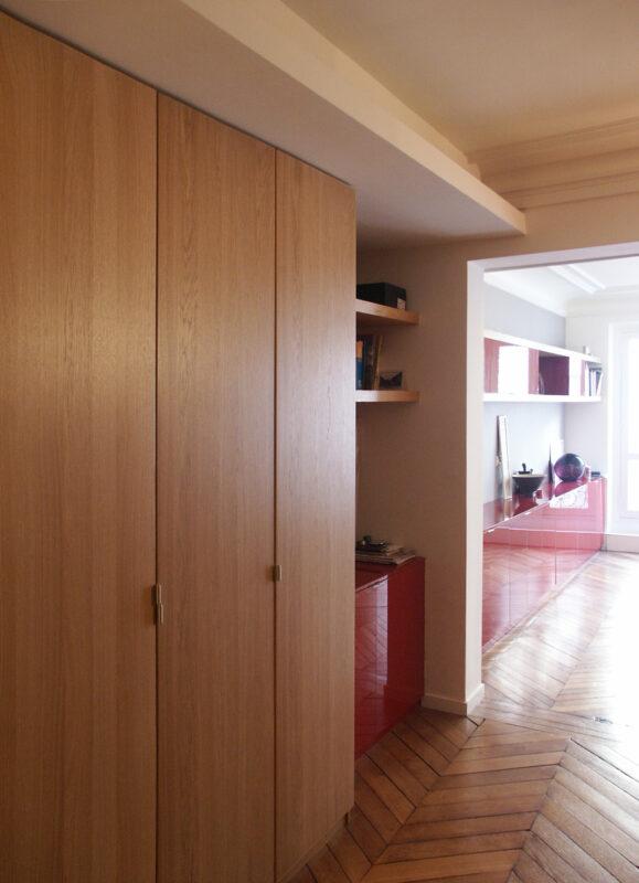 Atelier Sylvie Cahen Architecte Intérieur Paris 12 éme vaugirard paris rénovation appartement contemporain design parquet bois blanc épuré chaleureux meuble rangement sur mesure cube rectangle puits de lumière meuble structurant rouge moulures