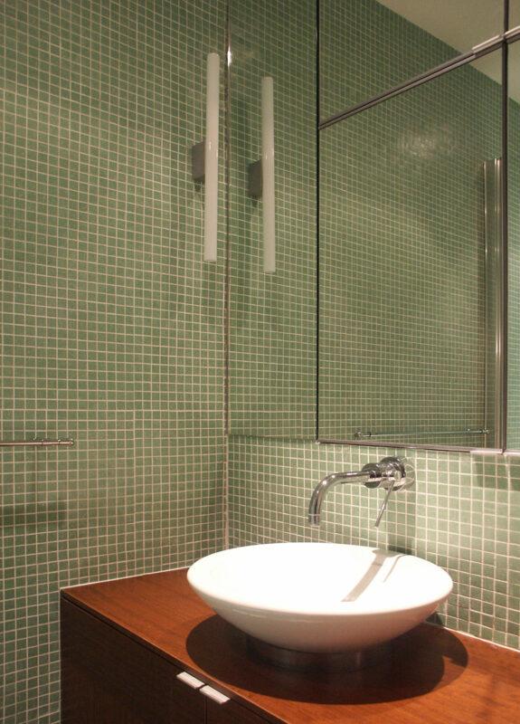Atelier Sylvie Cahen Architecte Intérieur Paris 12 éme vaugirard paris rénovation appartement contemporain design parquet bois blanc épuré chaleureux meuble rangement sur mesure cube rectangle puits de lumière salle de bain vasque à poser meuble boiq miroir