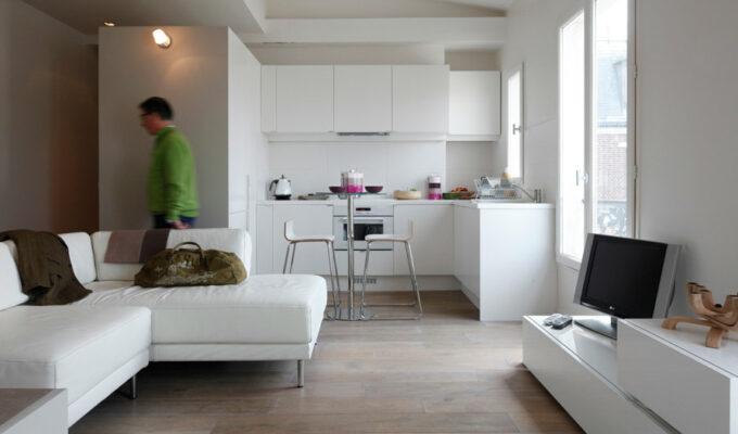 petit espace studio duplex chateau d'eau paris mezzanine fonctionnel sur mesure table escamotable plarcard rangement dissimulé mini cuisine tout équipé salle de bain lit chambre en hauteur