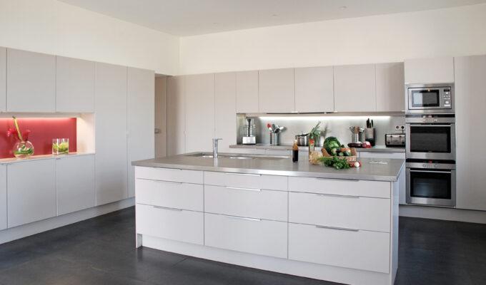 Atelier Sylvie Cahen Architecte Intérieur Paris 12 éme Chateau de Varennes cuisine blanche crédence rouge grande