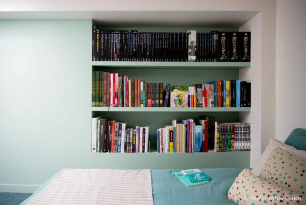 Aménagement de combles. Chambre parentale avec bibliothèque murale.