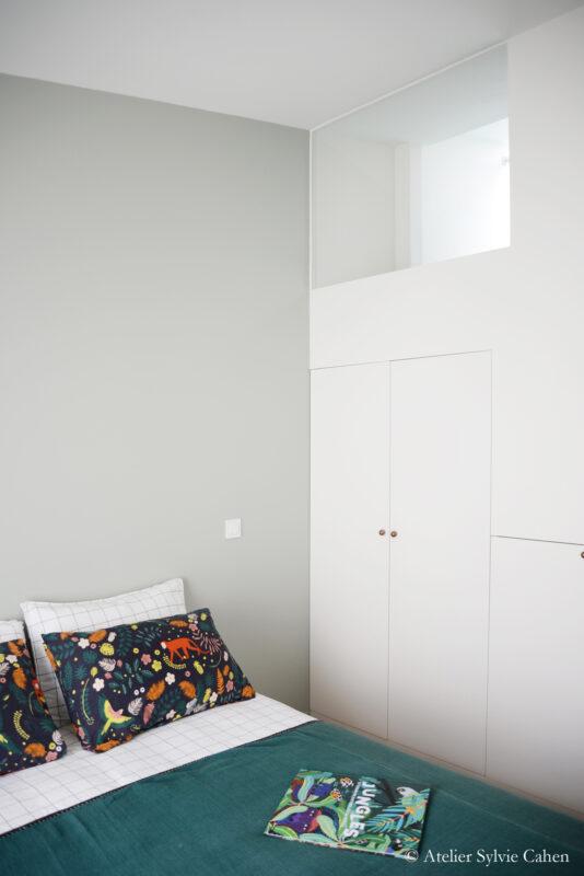 Aménagement de combles. Chambre parentale avec fenêtre mezzanine