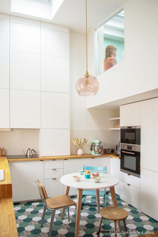 Aménagement de combles. Cuisine / salle à manger et vue sur la chambre en mezzanine