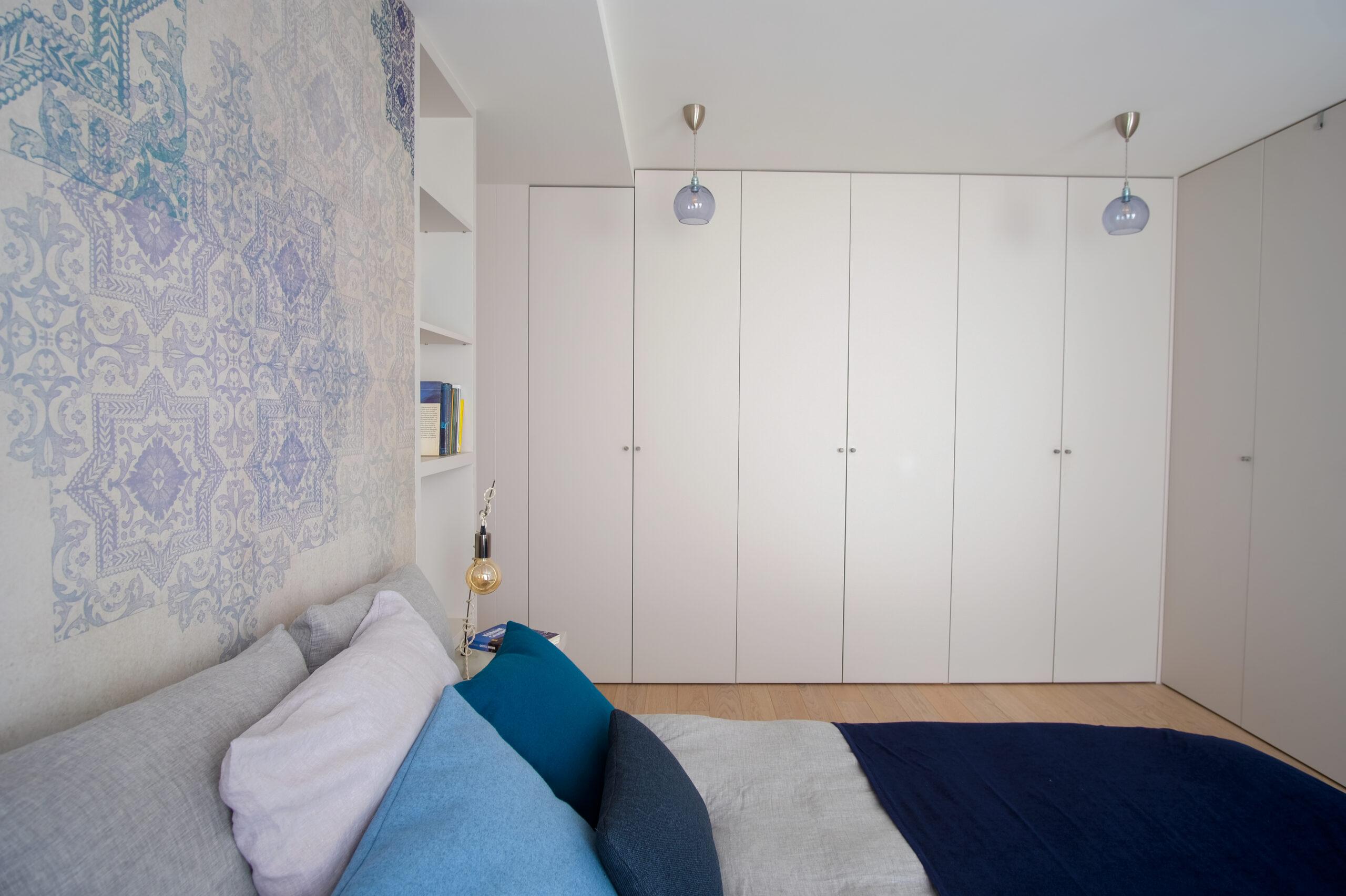 Duplex atypique. Chambre parentale blanche et bleue.