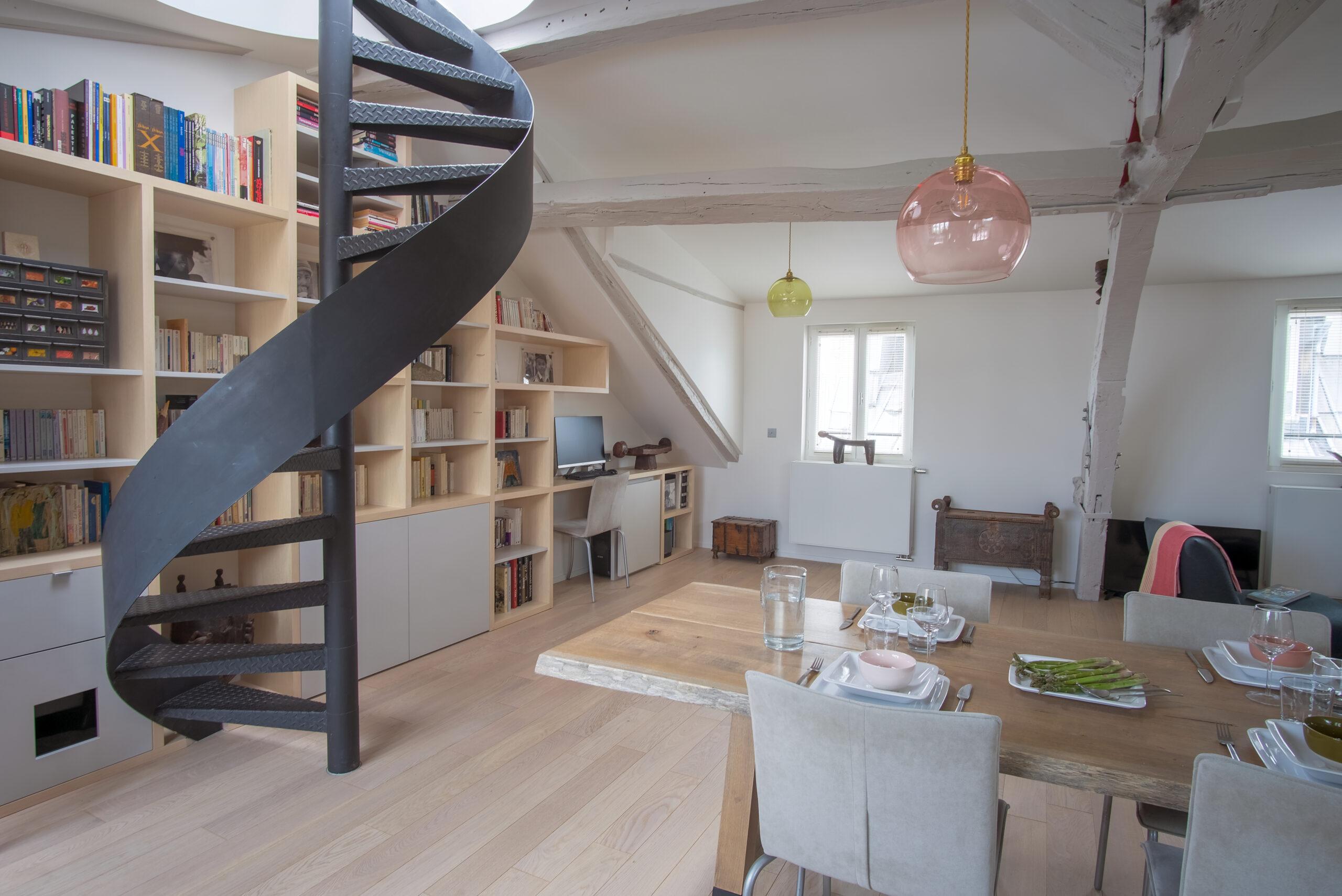 Duplex atypique. Escalier en colimaçon et bibliothèque / bureau sur mesure.