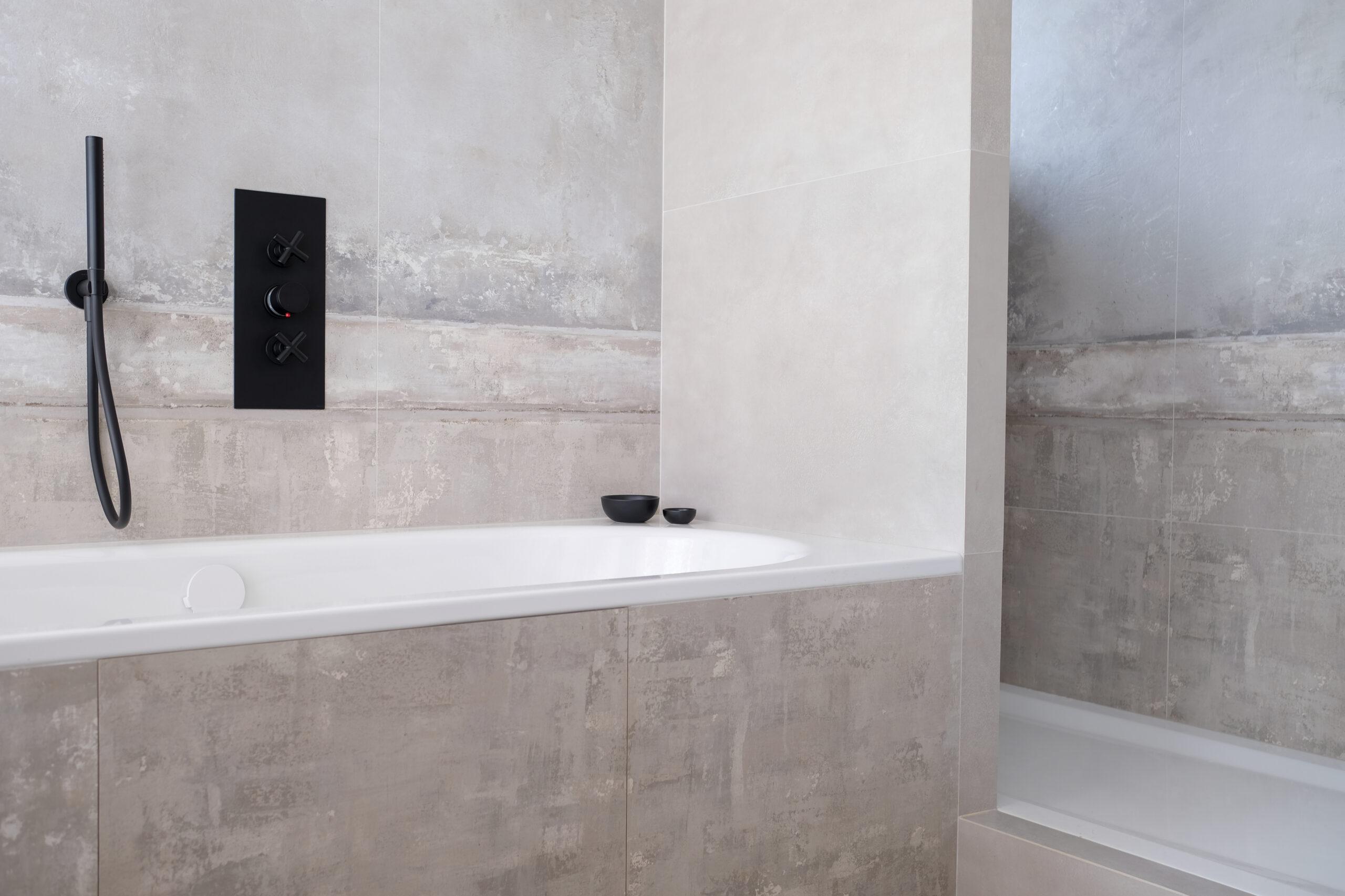 Duplex atypique. Salle de bain avec baignoire et douche
