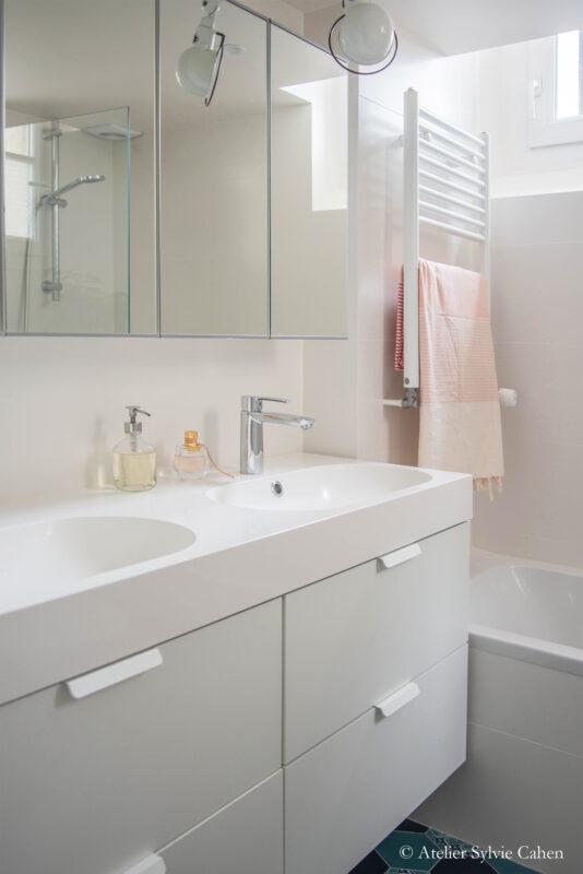 Aménagement de combles. Salle de bain avec meuble à double vasque et meuble suspendu à miroirs.