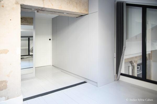 Loft à Lyon. Entrée et placards de la chambre en mezzanine.