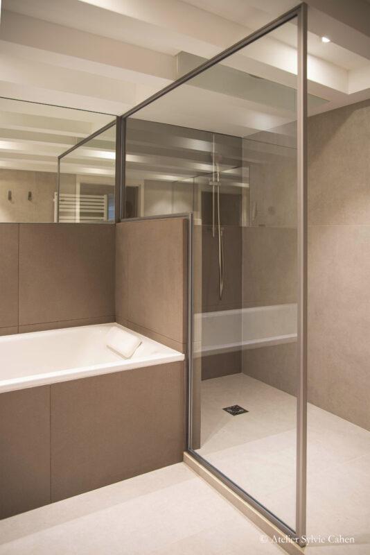 Loft à Lyon. Salle de bain avec douche à l'italienne et baignoire attenante.