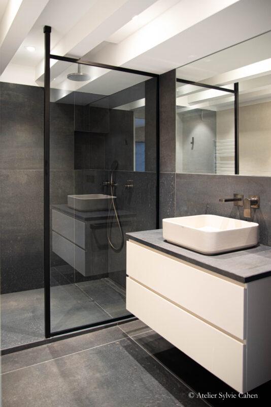 Loft à Lyon. Salle de bain avec douche à l'italienne et meuble à vasque posée.