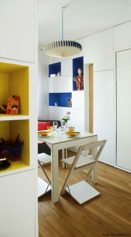 Appartement Origami. La pièce principale est devenu une salle à manger avec cette table et ses chaises pliantes.