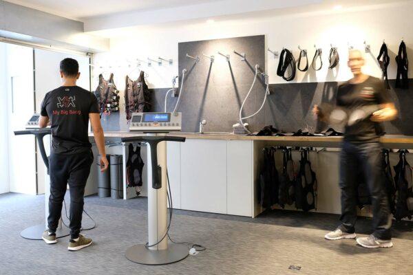 Studio ergonomique blanc et bois. Salle d'entrainement