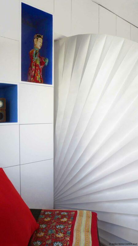 Appartement Origami. Le paravent éventail sépare le salon de la chambre.