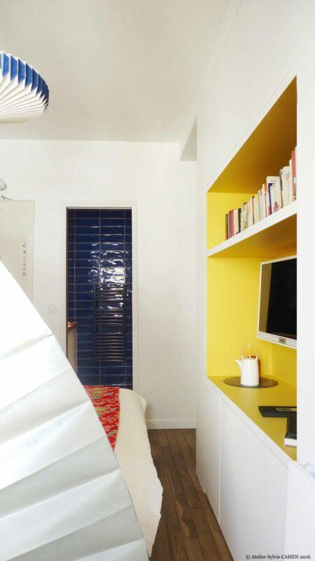 Appartement Origami. La pièce principale est devenue chambre. De la partie salon on voir la salle de bain.