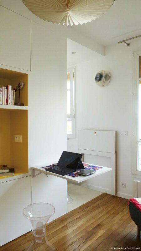 Appartement Origami. Le meuble multifonction structurant est ici montré comme un bureau pliant.