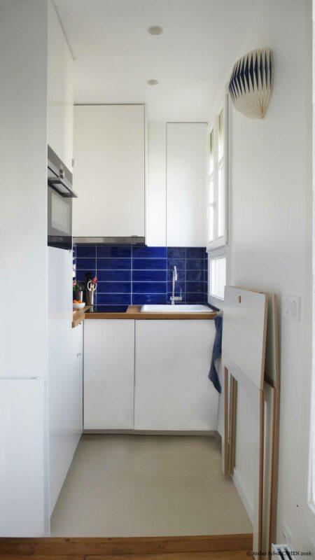 Appartement Origami. La mini cuisine semi-ouverte est optimisé pour prendre juste la place qu'il faut.