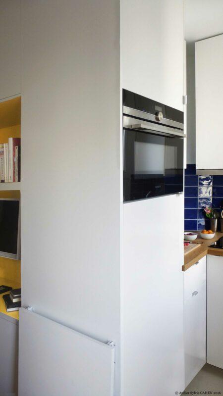 Appartement Origami. Ce meuble multifonction structurant est ici montré comme un de cuisine avec four encastré.