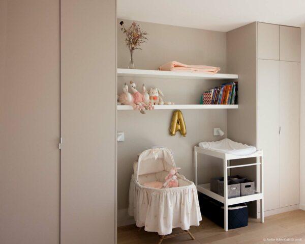 Le triplex parisien. La chambre de la petite Agathe est évolutive. Le berceau et la table à langer sont parfaitement intégrés au centre des deux armoires de rangement. Plus tard, il sera possible d'insérer un lit de 140cm au centre, les étagères servirons de tête de lit et de bibliothèque.