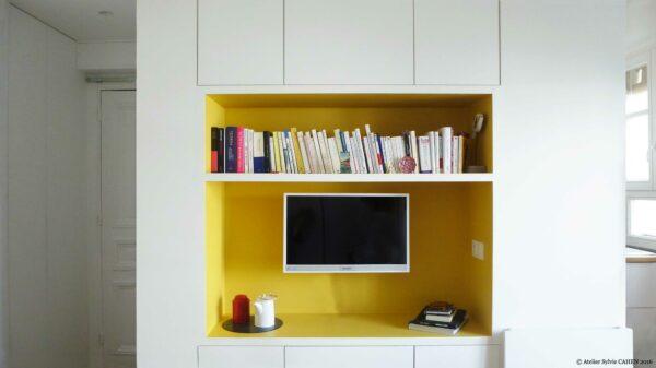 Appartement Origami. Ce meuble multifonction structurant est ici montré comme un meuble TV.