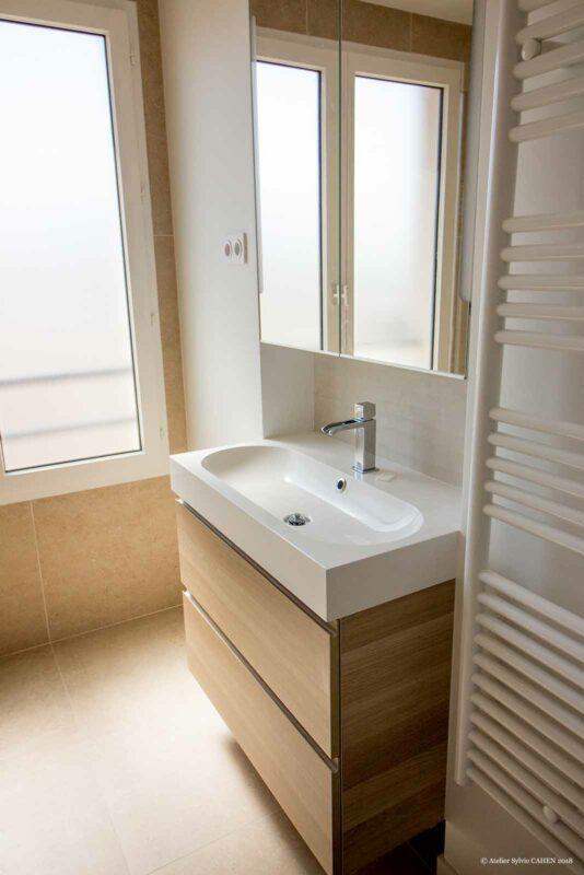 Le triplex parisien. La salle d'eau présente une très grande douche installée sur Wedi. Ambiance très minérale puisque l'entièreté de la douche est carrelée, tout comme le reste de la salle d'eau.