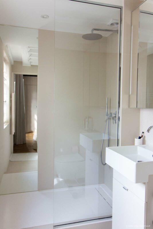 Appartement en structure bois. Salle de bain avec vasque simple et douche à l'italienne.