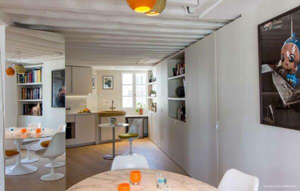 Appartement en structure bois. Salle à manger donnant sur la cuisine ouverte.