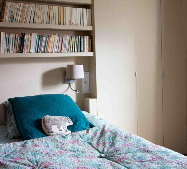 Appartement en structure bois. Chambre parentale avec tête de lit bibliothèque.