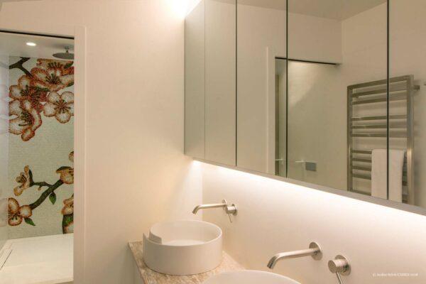 """Duplex contemporain. Salle de bain avec double vasque et douche avec mosaïque Bisazza """"Décor fleur de cerisier"""". Meuble miroir et double vasque posée."""