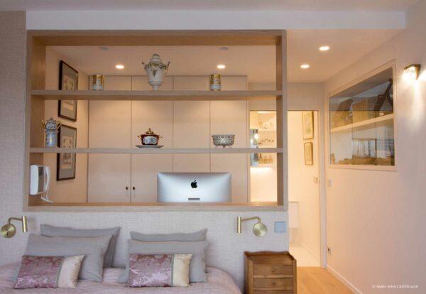 Duplex contemporain. Chambre parentale avec bureau ouvert séparé de la chambre par une étagère sur mesure.