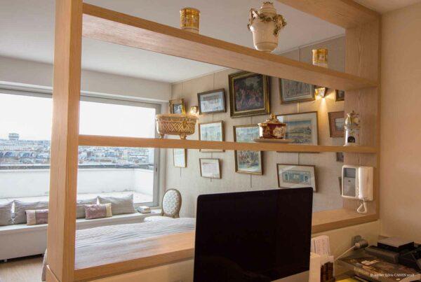 Duplex contemporain. Bureau ouvert séparé de la chambre par une étagère sur mesure.