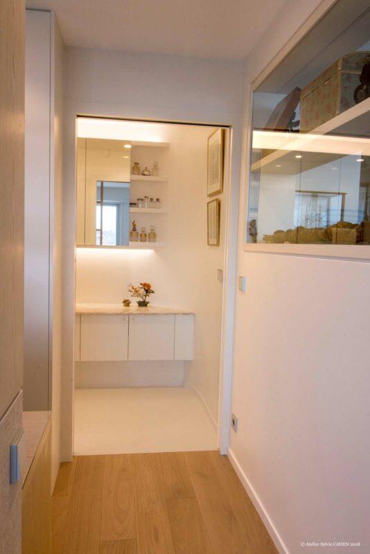 Duplex contemporain. Couloir donnant sur la salle de bain avec meuble miroir.