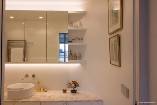 Duplex contemporain. Salle de bain avec meuble miroir et vasque posée.