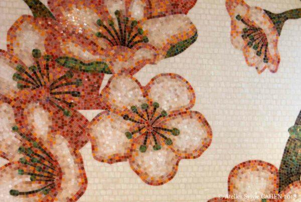 Duplex contemporain. Mosaïque de la marque Bisazza en décor de fleurs de cerisier.