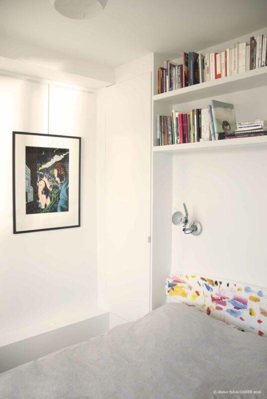 Duplex bleu et jaune. Chambre parentale avec tête de lit bibliothèque et tableau BD.