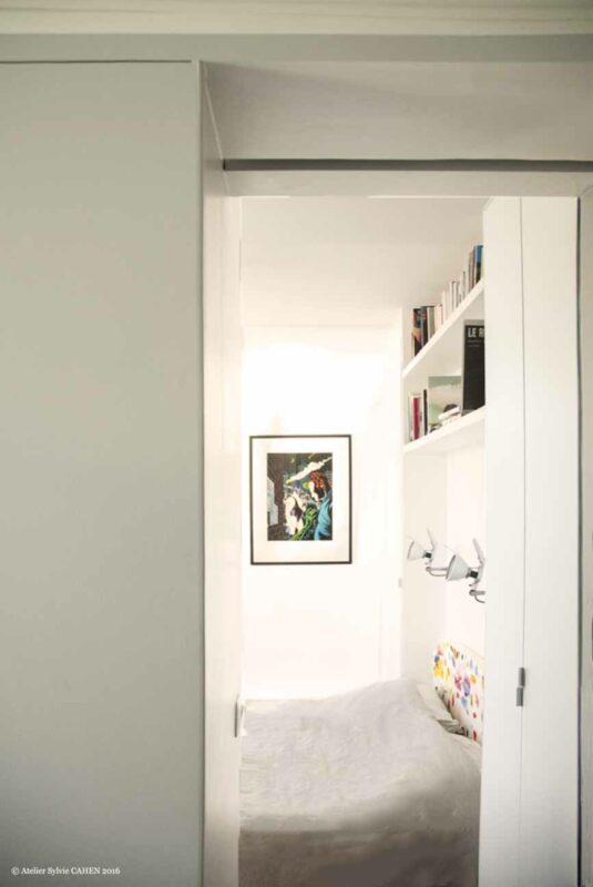 Duplex bleu et jaune. Ouverture du meuble structurant vers la chambre parentale.