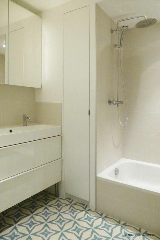 Duplex bleu et jaune. Salle de bain avec baignoire, meuble vasque encastrée, meuble miroir et placard sur mesure.