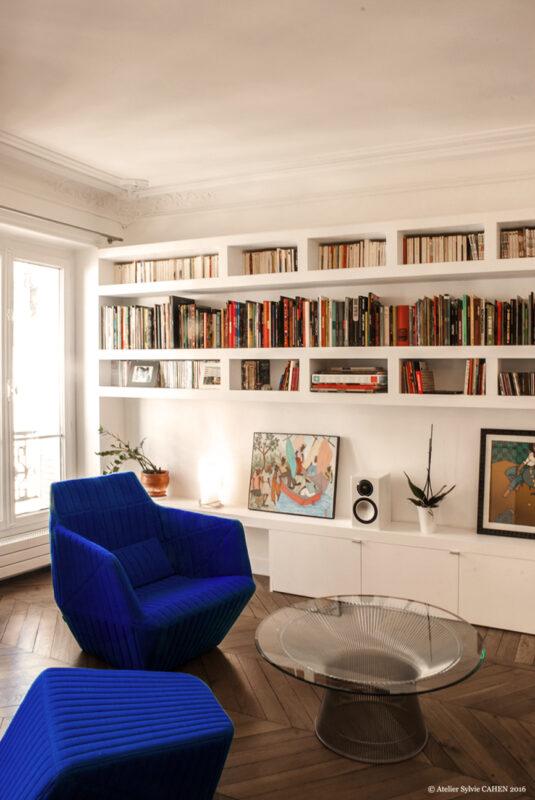 Duplex bleu et jaune. Le mobilier gamme Facett des frères Bouroullec (2005) et la table de Warren Platner pour Knoll (1966) reprennent le graphisme des plis et des tranches des livres.